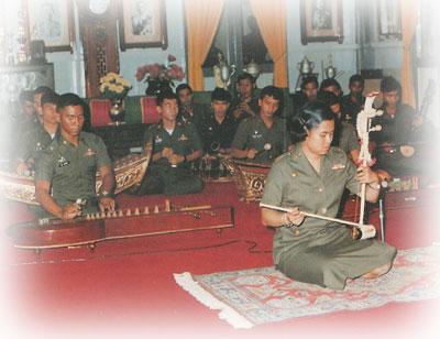 ทรงดนตรีไทยร่วมกับคณะนักเรียนนายร้อยพระจุลจอมเกล้า