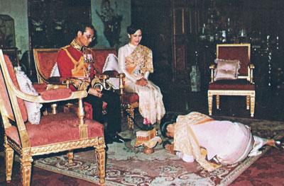 สมเด็จพระเทพรัตนราชสุดา ฯ สยามบรมราชกุมารี ทูลเกล้า ฯ ถวายดอกไม้ธูปเทียนแด่  พระบาทสมเด็จพระเจ้าอยู่หัว และสมเด็จพระนางเจ้าฯ พระบรมราชินีนาถ