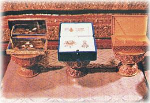 พระสุพรรณบัฏพระนามาภิไธย และเครื่องราชอิสริยาภรณ์อันเป็นโบราณมงคลนพรัตนราชวราภรณ์